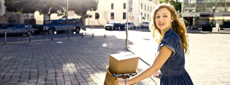 Femme à vélo avec colis
