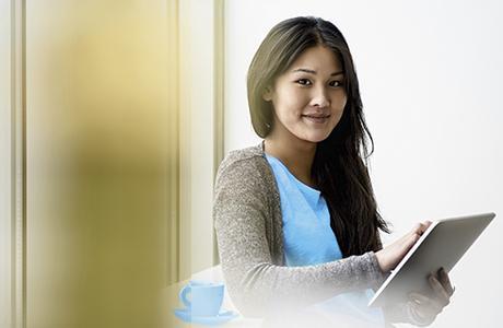 Une femme avec une tablette