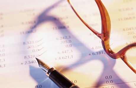 Une paire de lunette et un stylo posés sur une facture
