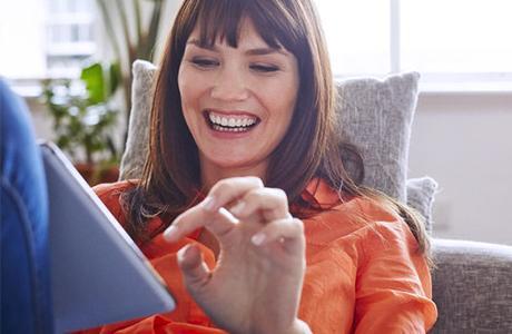 Femme sur sa tablette