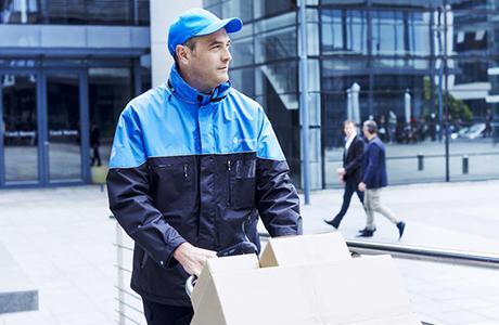Un chauffeur chronopost dans une zone d'entreprises